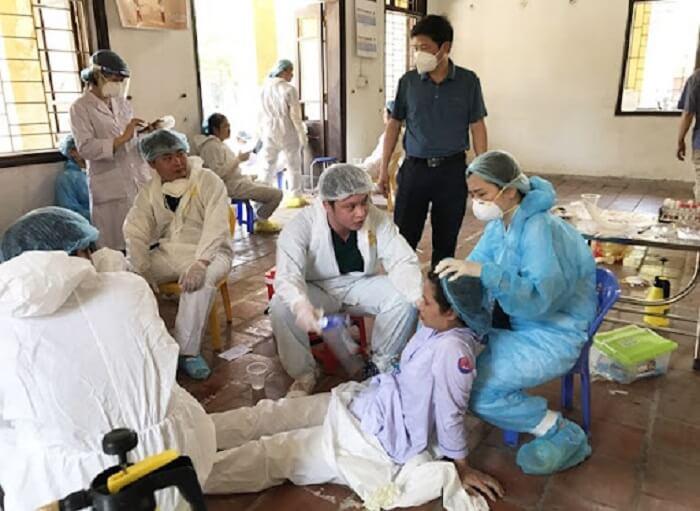 Hình ảnh y, bác sĩ ngất vì kiệt sức khi ngày đêm thực hiện công tác phòng chống dịch Covid 19